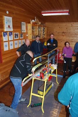 Interesserte skismørjarar når Harald og Geir deler av sine erfaringar